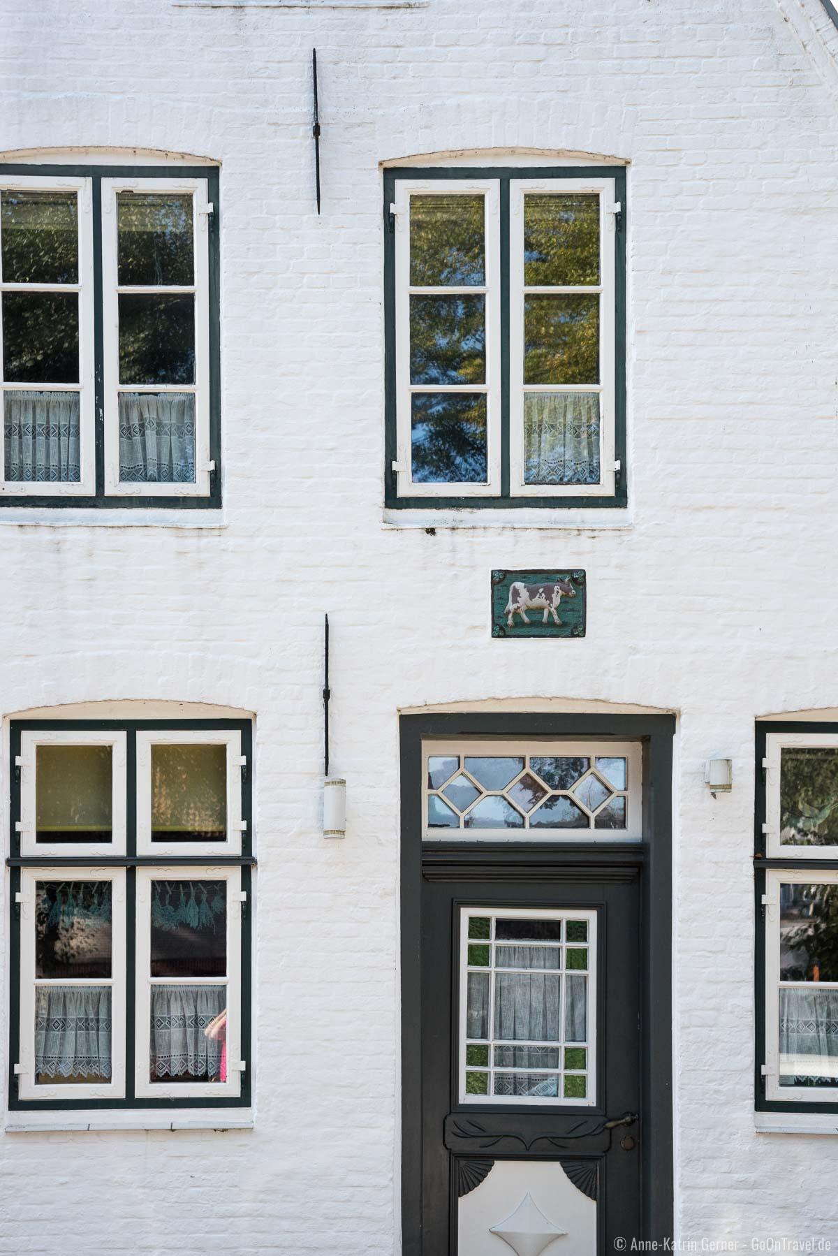 Hausmarken über der Eingangstür lassen u.a. den Beruf des Erbauers oder Bewohners erahnen
