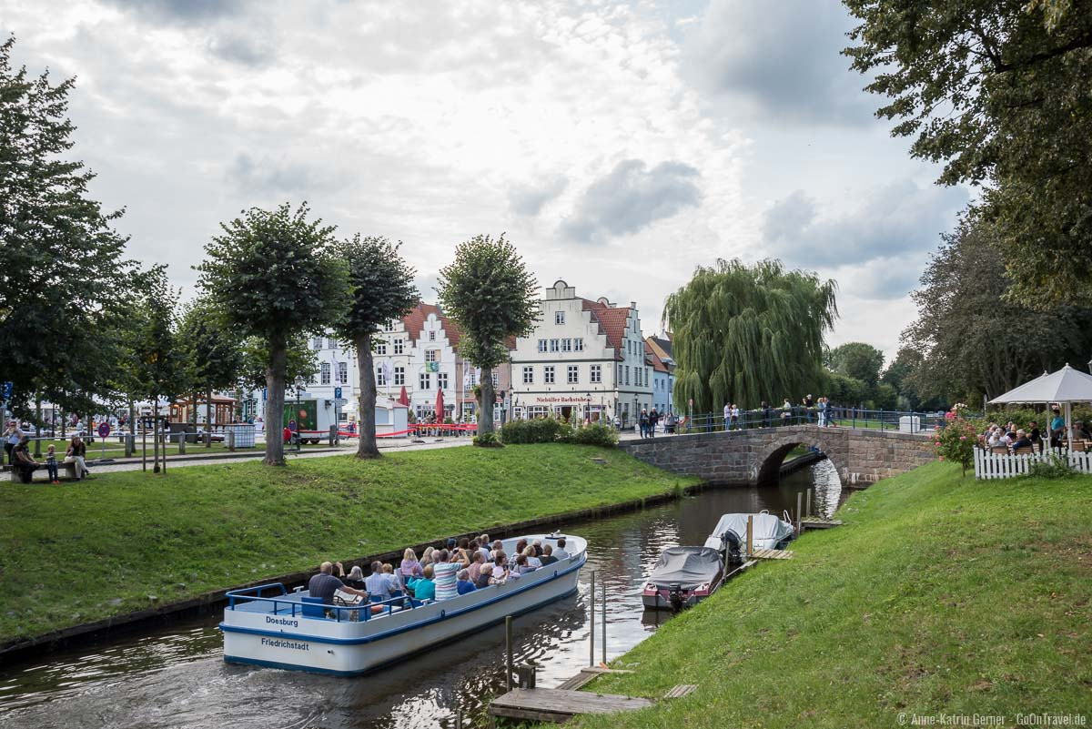 Eines der beliebtesten Aktivitäten in Friedrichstadt: die Grachtenrundfahrt