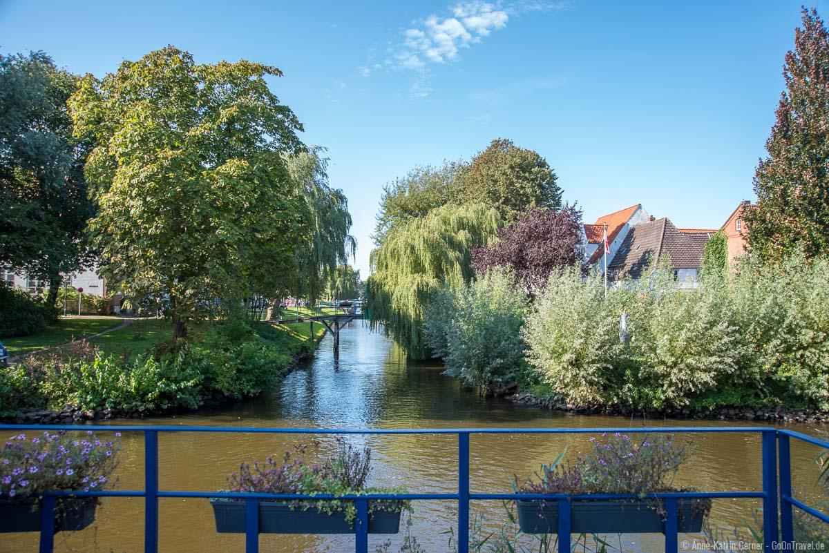 Grachten mit kleinen Brücken prägen das Stadtbild von Friedrichstadt