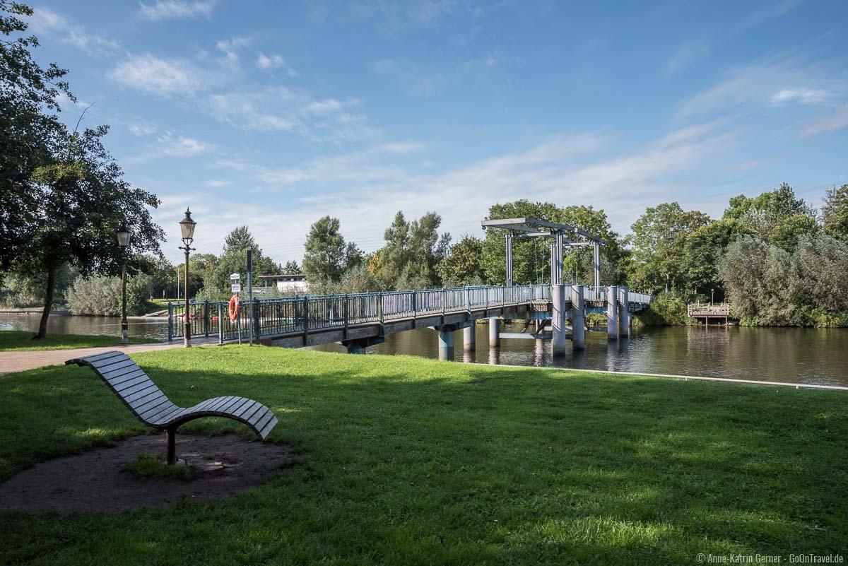 Auf dem Wester-Sielzug finden im September rund um die blaue Brücke die beliebten Drachenboot Rennen statt
