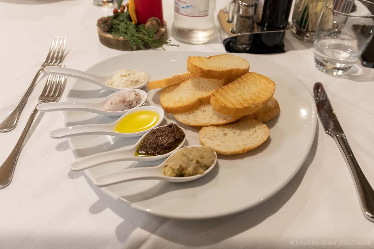 geröstetes Weißbrot mit fünf traditionellen Saucen und Dips