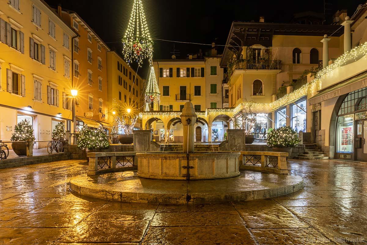 Beleuchtete Innenstadt in Riva del Garda