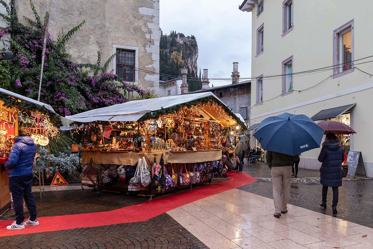 Blick auf die Burg und dem Weihnachtsmarkt in Arco