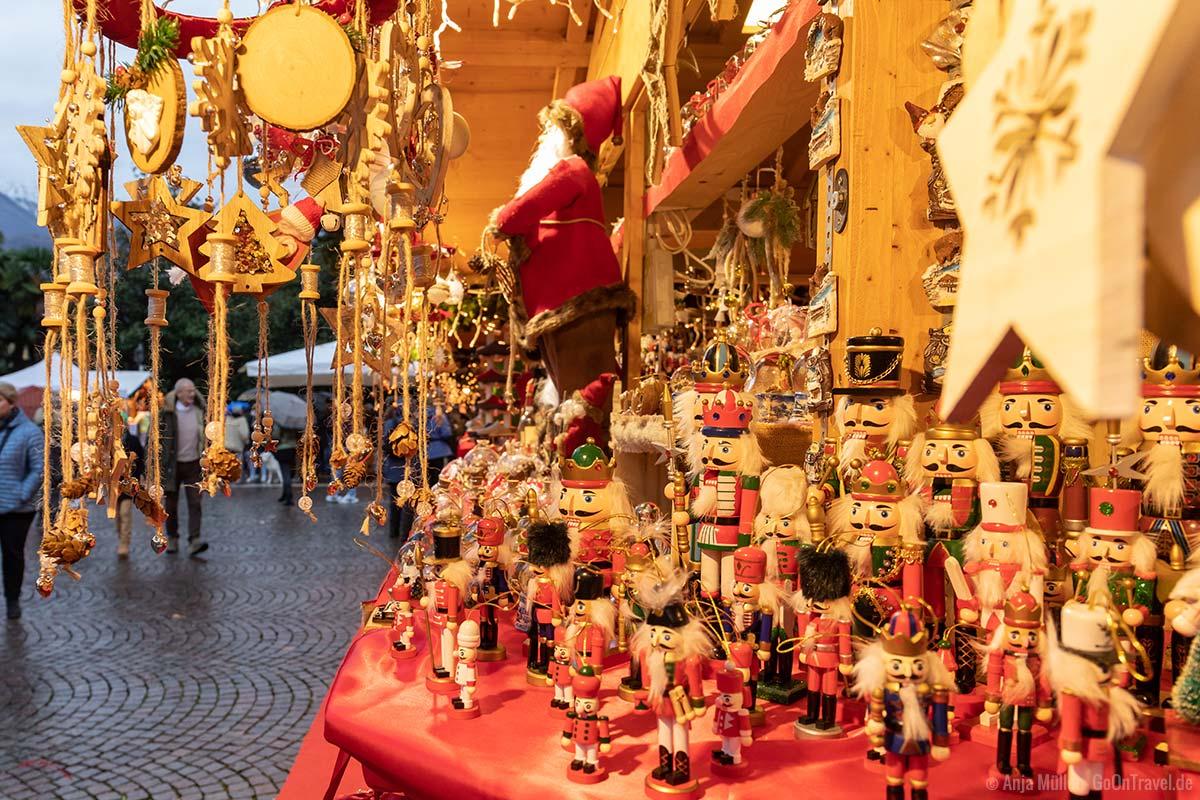 Viel Weihnachtsdekoration gibt es an den Ständen in Arco