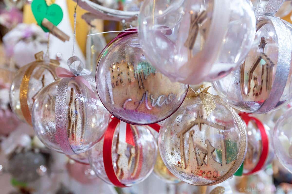 Arco spiegelt sich auch in den Weihnachtskugeln wieder