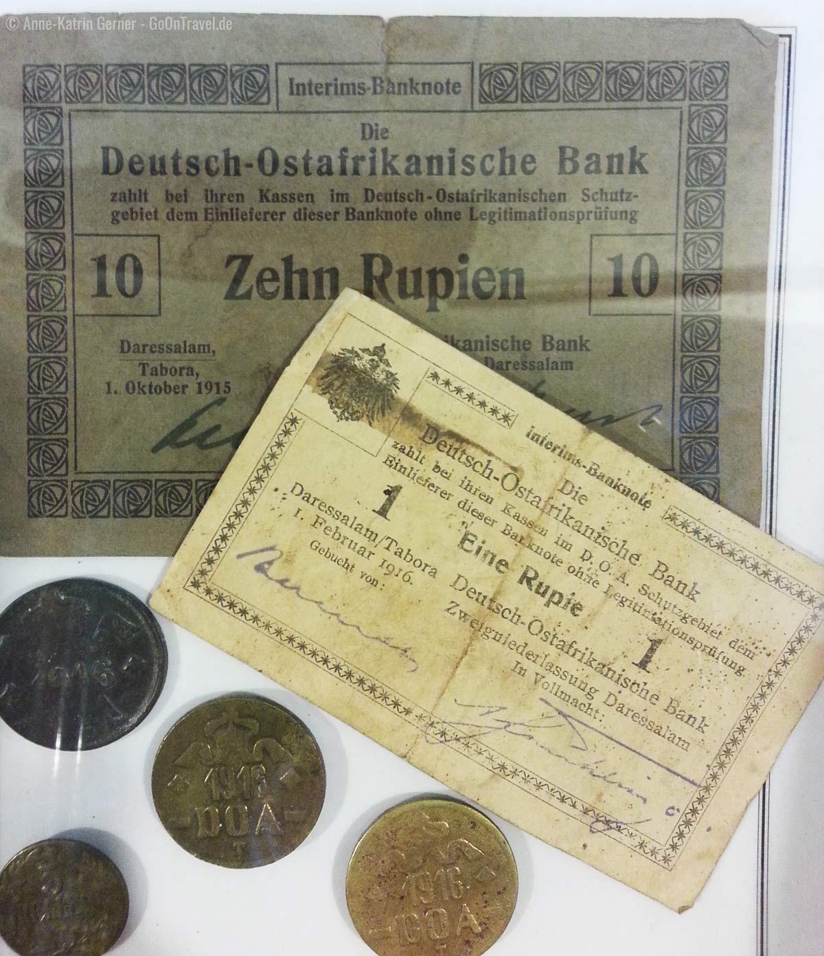 Münzen und Banknoten in den Vitrinen der kleinen Museumsecke in der Taita Hills Lodge