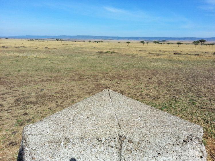 Grenzstein: nach links sind es 19 km bis in die Serengeti/Tansanisa und rechts liegt Kenia mit 3 km