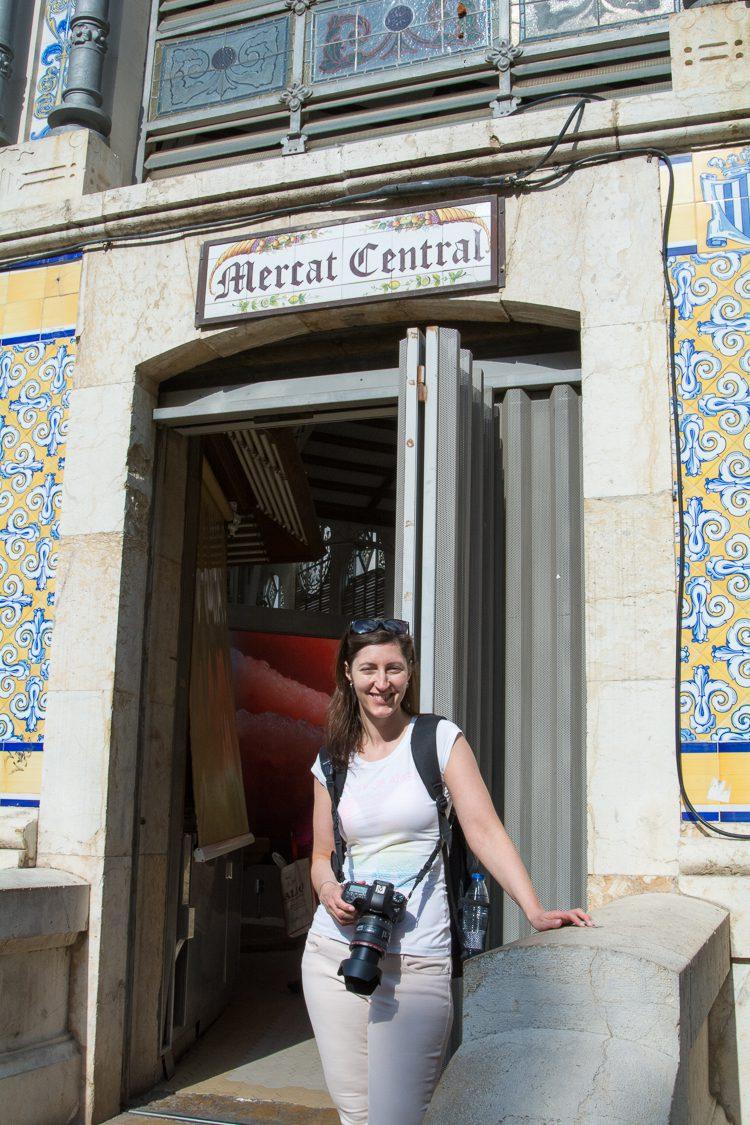 Anja vor der Markthalle