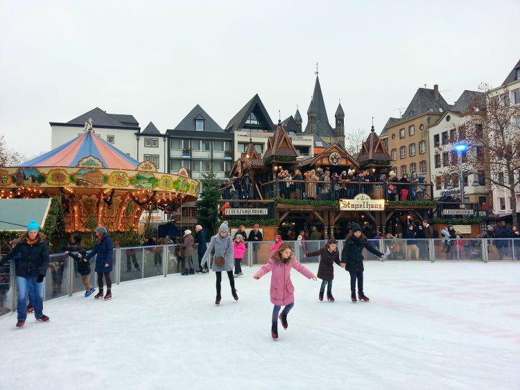 Eislaufbahn im Herzen des Kölner Weihnachtsmarktes
