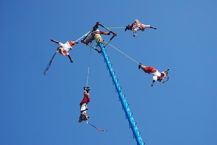 die Voladores kreisen nach unten