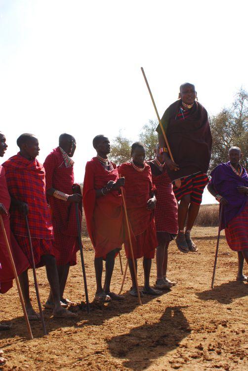 je höher die Maasai Krieger springen, desto stärker sind sie