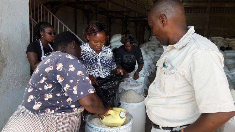 1 kg Reis kostet 100 Kenia Schilling (ca. 0,90 €)
