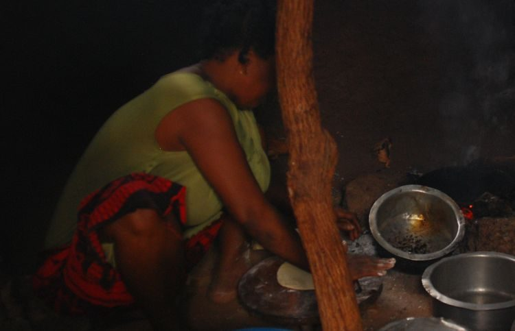 Chapati werden an der Feuerstelle hergestellt