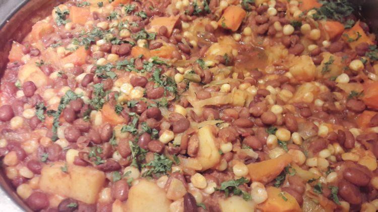 Githeri wird mit Bohnen zubereitet