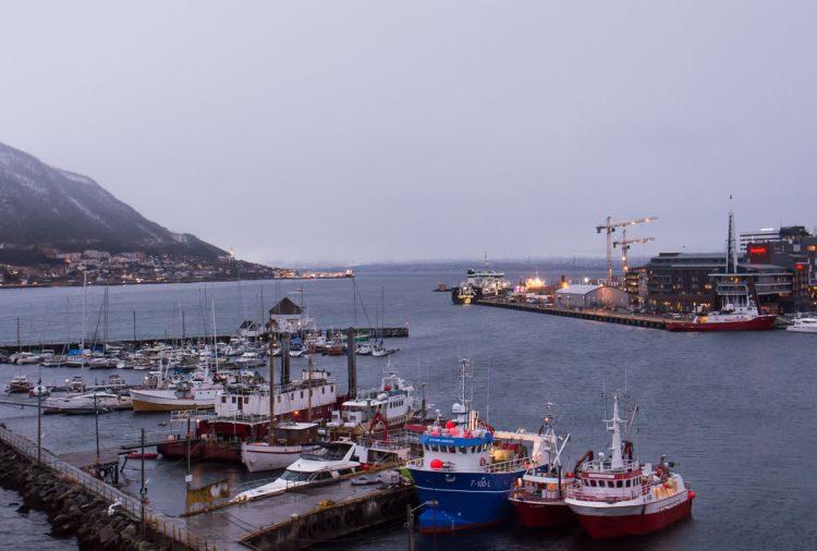 Blick von der Tromsö-Brücke in den Hafen