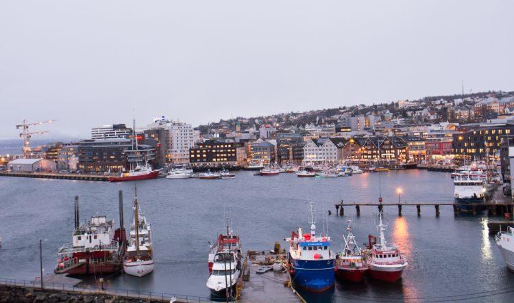 Blick von der Tromsö-Brücke auf den Hafen und das Stadtzentrum