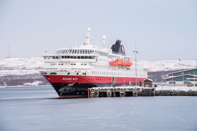 Postschiff im Hafen von Kirkenes