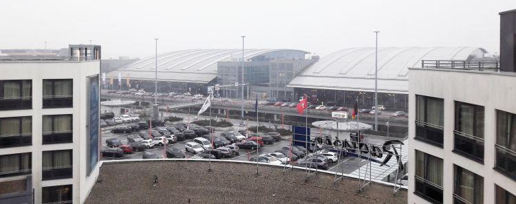 Blick aus dem Zimmer auf den Flughafen Helmut Schmidt