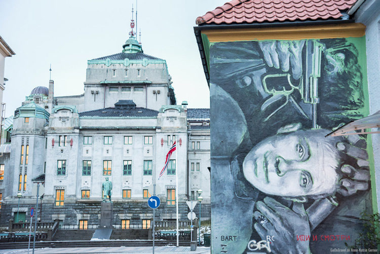 Das National Theater in Bergen mit Streetart in der Sverres gate