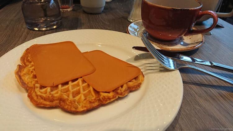 Norwegen kulinarisch: Waffeln mit braunen Käse
