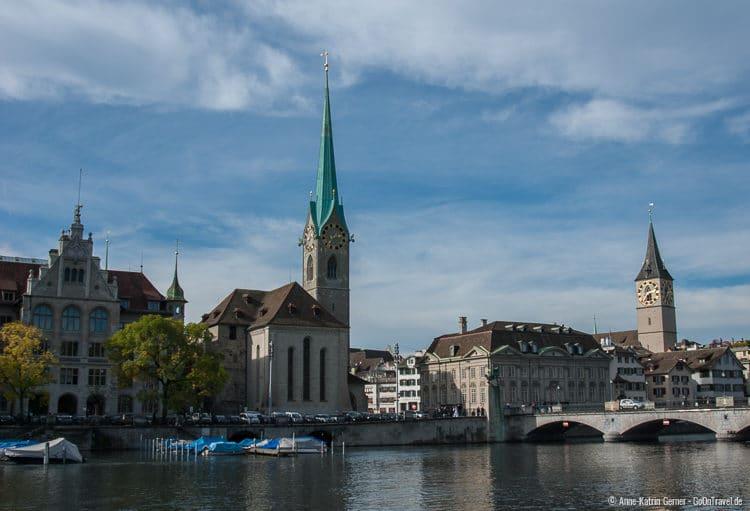 Das Fraumünster (li.) und St. Peter-Kirche (re.)