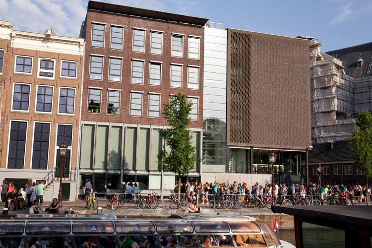 Lange Schlange stehen vor dem Anne Frank Haus
