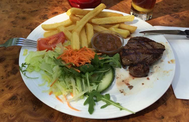 Amsterdam essen Teller mit Pommes, Fleisch und Salat