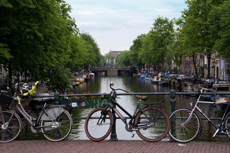 Fahrrad angelehnt an Geländer in Amsterdam
