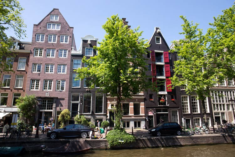 Eine Gracht in Amsterdam mit den ursprünglichen Häusern