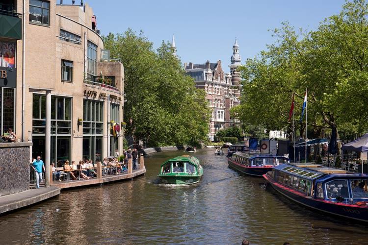 Gracht in Amsterdam machen mit Boot