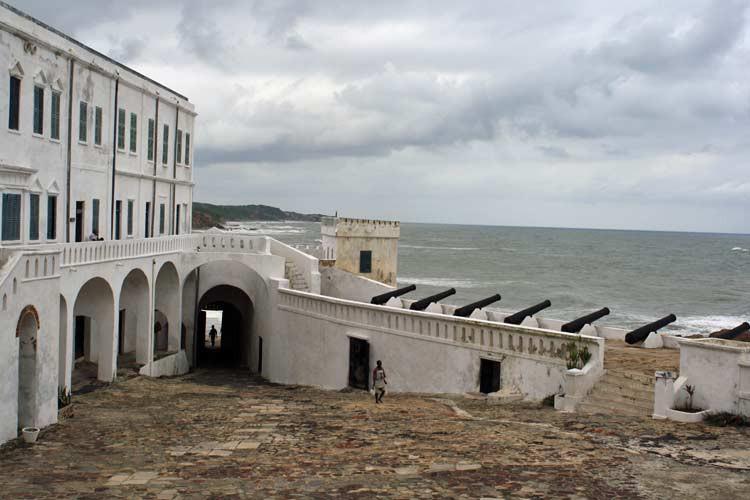 Cape Coast Castle mit Blick auf Meer