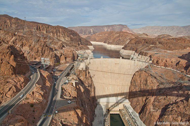 GoOnTravel.de: Der Hoover Dam von oben. Dieser verläuft quer durch eine Zeitzone. Auf der linken Seite Nevada, auf der rechten Seite Arizona, mit einer Stunde Unterschied.