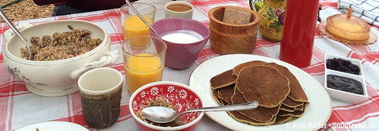Leckeres Frühstück mit Pfannkuchen und Heidelbeermarmelade