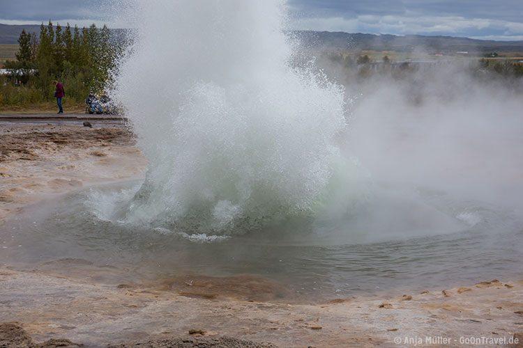 Der Strokkur Geysir kurz nach dem Ausbruch