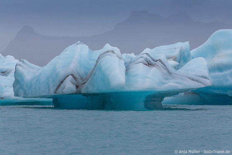Eisskulptur in der Jökulsalon Glacier Lagoon