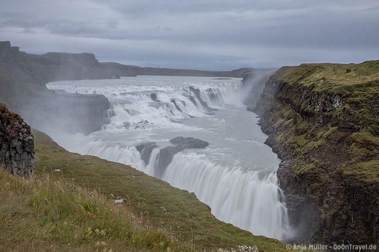 Blick auf den gewaltigen Gullfoss Wasserfall