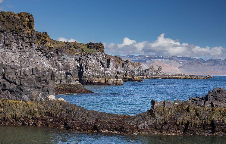 Die schroffe Felsenküste auf der Halbinsel Snæfellsnes