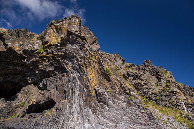 Grandios geformte und übereinander geschichte Steine der Felsformation Baðstofa