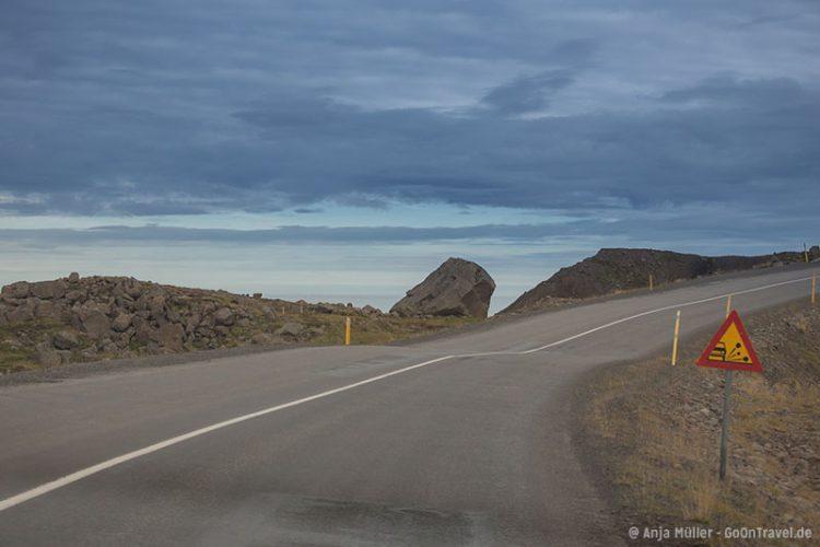 Die Straße in den Nordfjorden verläuft zum Teil direkt am Meer entlang.
