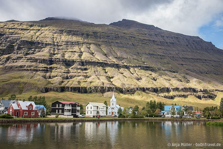 Die Stadt Seydisfjordur in den Ostfjorden von Island