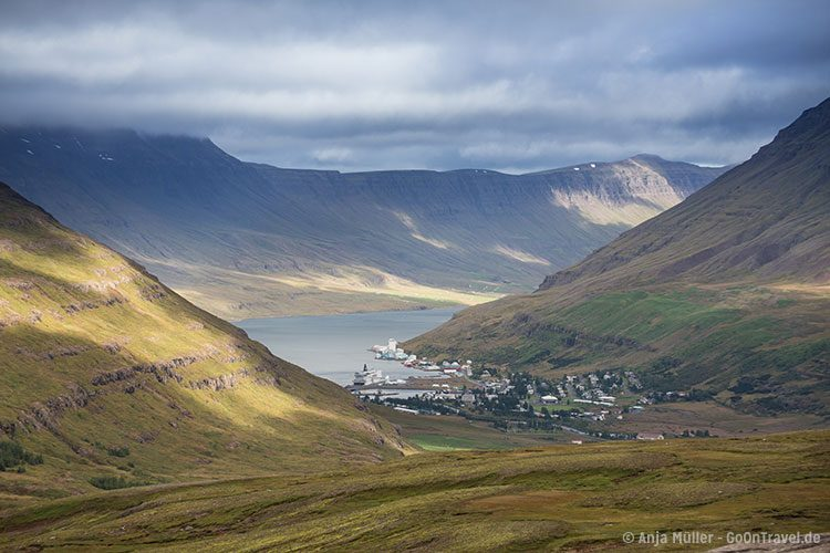 Die Stadt Seydisfjordur von oben