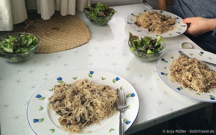 Lecker Abendessen - Nudeln mit frisch gesammelten Pilzen und Salat