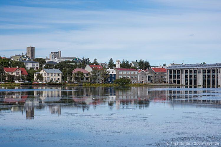 Der See Tjörnin mit Rathaus in Reykjavik
