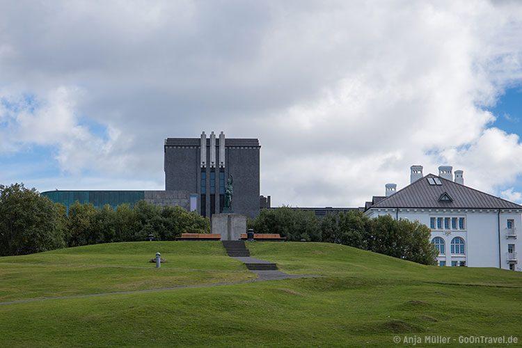 Der Hügel Arnarhóll mit der Statue von Ingólfur Arnarson (der erste Siedler Islands) in Reykjavik