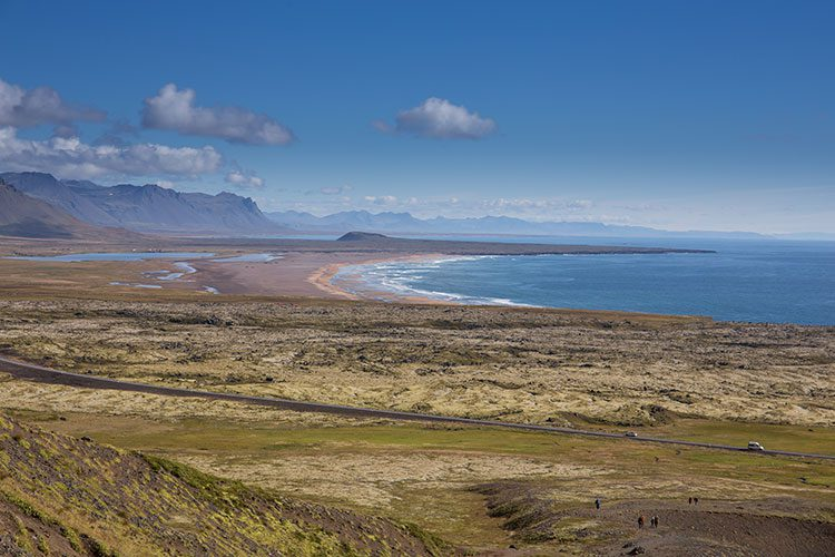 Unterwegs auf der Halbinsel Snæfellsnes mit Blick auf den Strand.