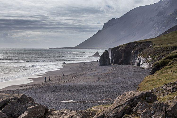 Schwarzer Strand an der Südküste von Island.