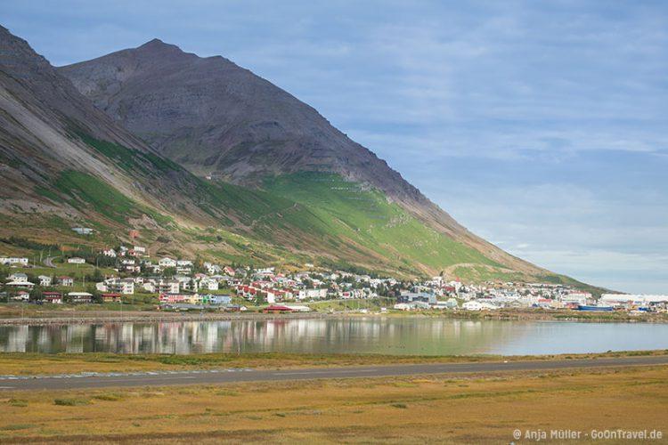 Die Stadt Sigliufjördur in den Nordfjorden von Island.