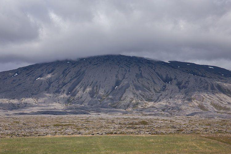 Der Gletscher Snæfellsjökull versteckt sich hinter einer dicken Wolke