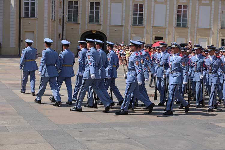 Wachablösung auf der Prager Burg