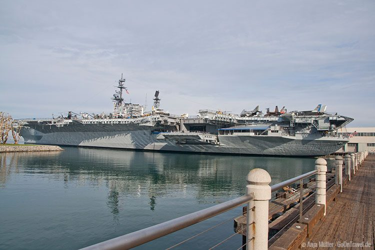 Flugzeugträger USS Midway im Hafen